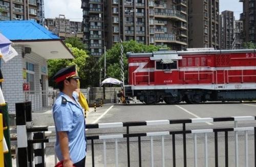 有火車經過的鐵路道口,在通行時要注意什么?